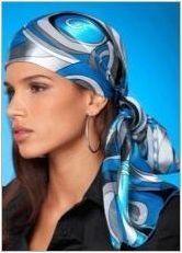 Колко красива да завърже шал на главата?