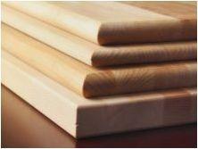 Опции за дизайн на бяла кухня с дървена маса