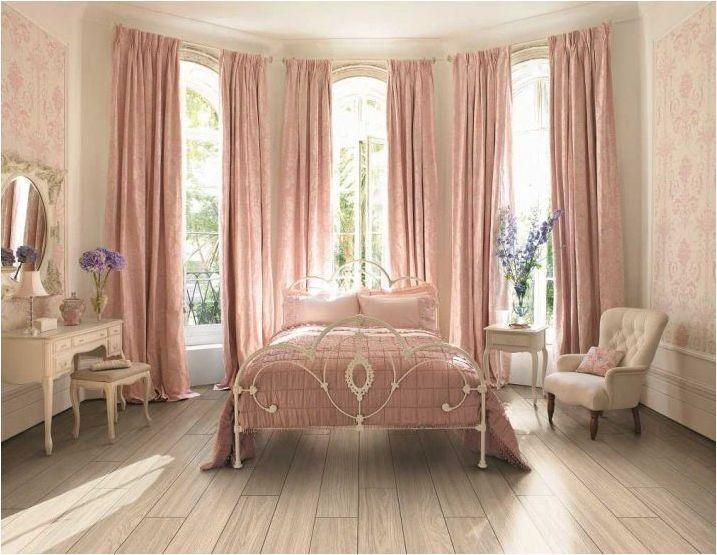 Тънкости, използващи розови завеси в интериора на спалнята