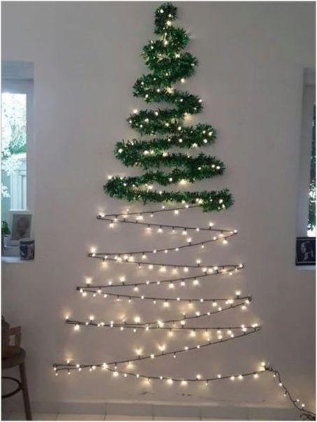 Коледни елхи от подигравател на стената