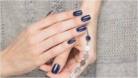 Тъмно синьо маникюр: модни тенденции и красива комбинация